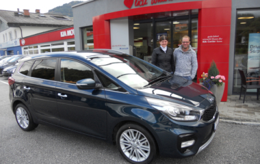Fahrzeug-Übergabe Familie Julian und Christina Hettegger KIA CARENS